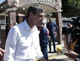Beto O'Rourke travels across Mexico border, meets with asylum seekers