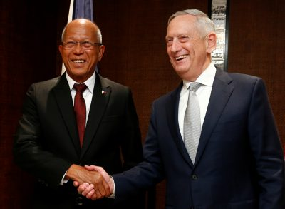 Philippines Secretary of Defense Delfin Lorenzana meets with US Secretary of Defense Jim Mattis on the sidelines of the IISS Shangri-la Dialogue in Singapore, 2 June 2018 (Photo: Reuters/Edgar Su).