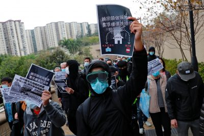 Residents wear facial masks as they march to protest against the government's plan to set up a quarantine site close to their community amid the Wuhan outbreak, in Hong Kong, China 2 February 2020 (Reuters/Tyrone Siu).