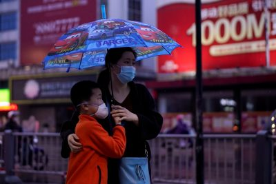 People wearing face masks walk in Jingzhou, after the lockdown was eased in Hubei province, the epicenter of China's COVID-19 outbreak, 26 March, 2020 Photo: Reuters/Aly Song).