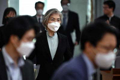 South Korean Foreign Minister Kang Kyung-wha, wearing a face mask, arrives at a briefing for foreign diplomats on the situation of the coronavirus disease (COVID-19) outbreak, at the foreign ministry in Seoul, South Korea 6 March, 2020 (Photo: Reuters/Jung Yeon-je).