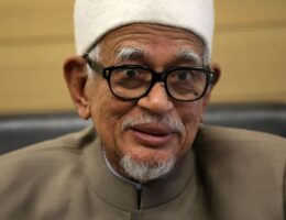 Hadi Awang hands over report on Middle East to PM