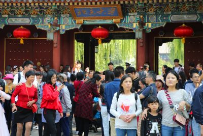 Tourists crowd in front of the main gate of Peking University. Global university rankings show a direction for the development of China's higher education rather than a mere realization of the gap between top foreign and Chinese universities. China's prestigious Peking University and Tsinghua University dropped respectively from 54th to 92nd and 65th to 98th in the annual world university rankings published by the Center for World University Ranking (CWUR), headquartered in the United Arab Emirates, in Beijing, China, 4 October, 2018 (Reuters).