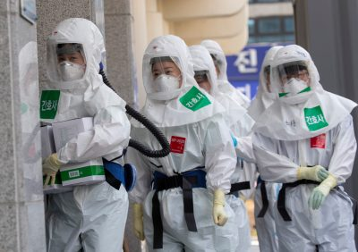 South Korean medical staff members wearing facemasks and protective clothing while on duty at Keimyung University Daegu Dongsan Hospital in Daegu, South Korea, 19 March 2020 during the coronavirus outbreak (Photo: Reuters/Lee Young-ho).