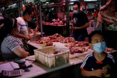 Customers wearing face masks buy mutton inside the Yuegezhuang wholesale market, following new cases of coronavirus disease (COVID-19) infections in Beijing, China, 17 June, 2020 (Reuters/Tingshu Wang).