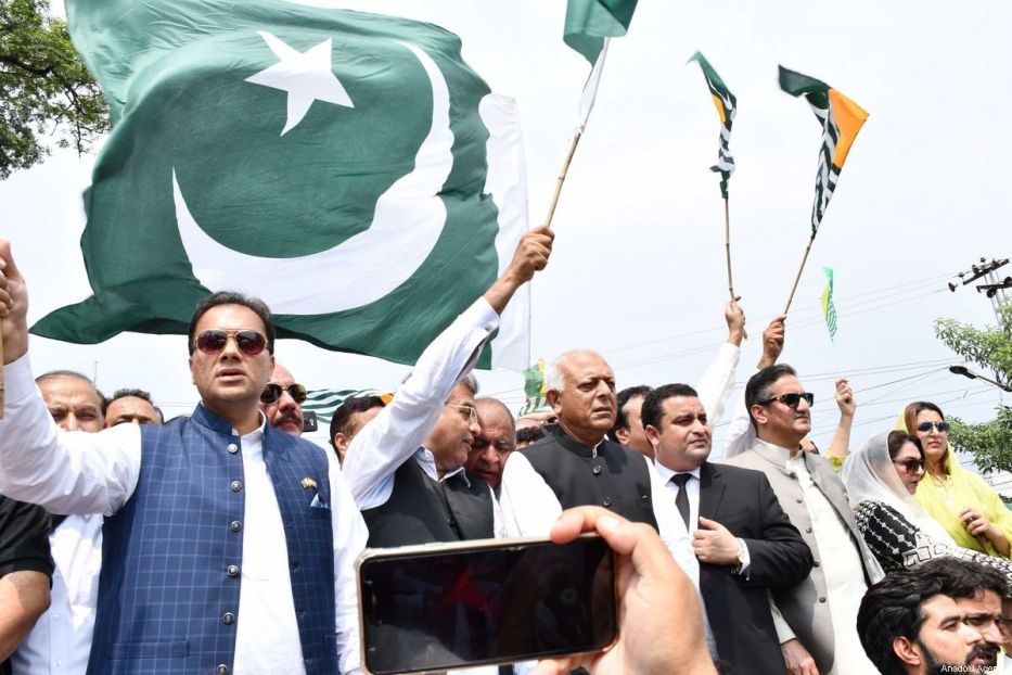 Pakistanis hold national flags as well as flags of Pakistan-administered Kashmir during a rally in the garrison city of Rawalpindi, Pakistan, on August 30, 2019, to show solidarity with Kashmiris being oppressed by Indian troops in held-Kashmir. [Muhammad Reza - Anadolu Agency]