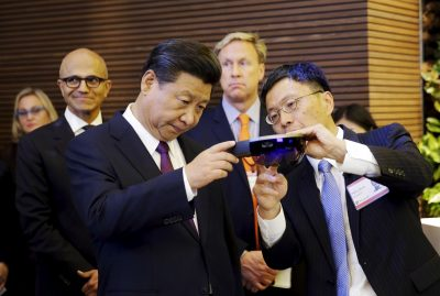Harry Shum (R), visiting researcher at Microsoft Research and the then Microsoft executive vice president of technology and research, demonstrates Microsoft's HoloLens device to Chinese President Xi Jinping (L) as Microsoft CEO Satya Nadella follows beind during a tour of Microsoft's campus in Redmond, Washington, 23 September 2015 (Photo: Reuters/Ted S Warren/Pool)