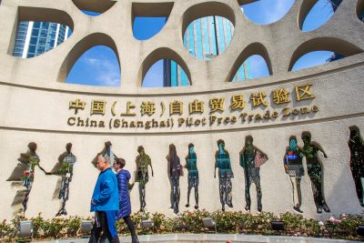 A pedestrian walks past the Shanghai Free Trade Zone(the Shanghai FTZ) in Shanghai, China, 23 March 2019 (Photos:Reuters).