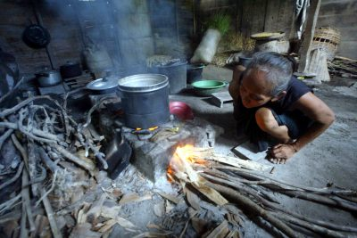 An Indonesian villager cooks in her kitchen using firewood on the outskirts of Bojonegoro town, East Java (Photo: Reuters/Sigit Pamungkas).
