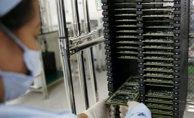 A worker of Ayala Corp's Integrated Micro-Electronics Inc. (IMI) removes computer chips from a shelve at an electronics assembly line in Binan, Laguna south of Manila, Philippines 20 April, 2016 (Photo: Reuters/Erik De Castro).