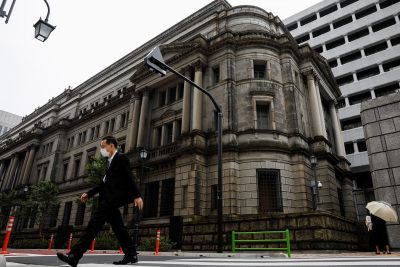 A man wearing a protective mask walks past the headquarters of Bank of Japan amid COVID-19 outbreak in Tokyo, Japan, 22 May 2020 (Photo: Reuters/Kim Kyung-Hoon).
