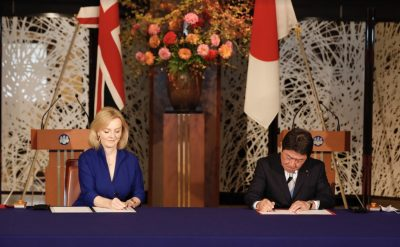 UK International Trade Secretary Liz Truss and Japan's Minister for Foreign Affairs Toshimitsu Motegi sign the UK-Japan Comprehensive Economic Partnership Agreement (CEPA) (Photo: Reuters/Deutsche Presse-Agentur GmbH)