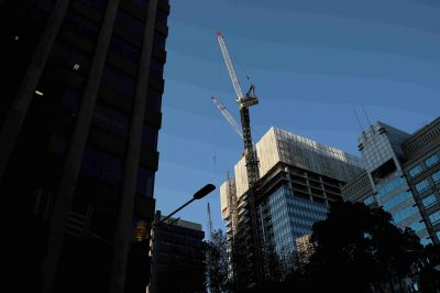 Office buildings and construction site are seen amidst the easing of the coronavirus disease (COVID-19) restrictions in the Central Business District of Sydney, Australia, 3 June 2020 (Photo: Reuters/Loren Elliott).
