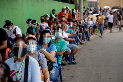 Filipinos queue for cash subsidy from the government amid the coronavirus disease (COVID-19) outbreak, in Batasan Hills, Quezon City, Metro Manila, Philippines, 27 August, 2020 (Photo: Reuters/Eloisa Lopez).