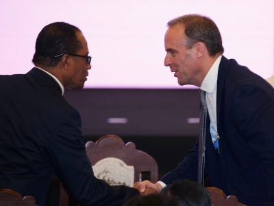 Britain's Foreign Minister Dominic Raab (R) shakes hands during the opening ceremony of the ASEAN Foreign Ministers' Meeting in Bangkok, Thailand 31 July 2019. (Photo: REUTERS/Athit Perawongmetha)
